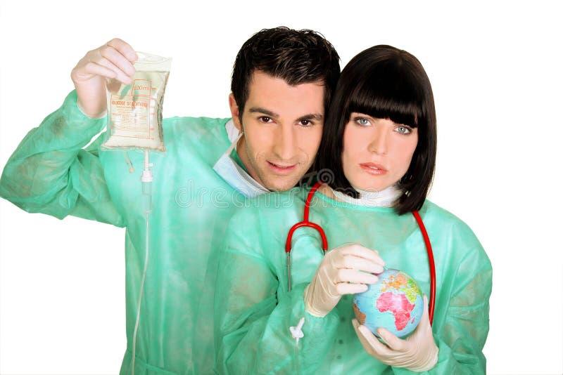 Doctores que curan un pequeño globo foto de archivo libre de regalías