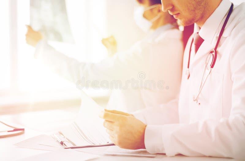 Dos doctores que miran la radiografía fotografía de archivo