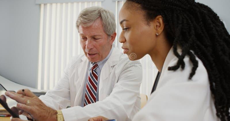 Dos doctores que trabajan junto imagen de archivo libre de regalías
