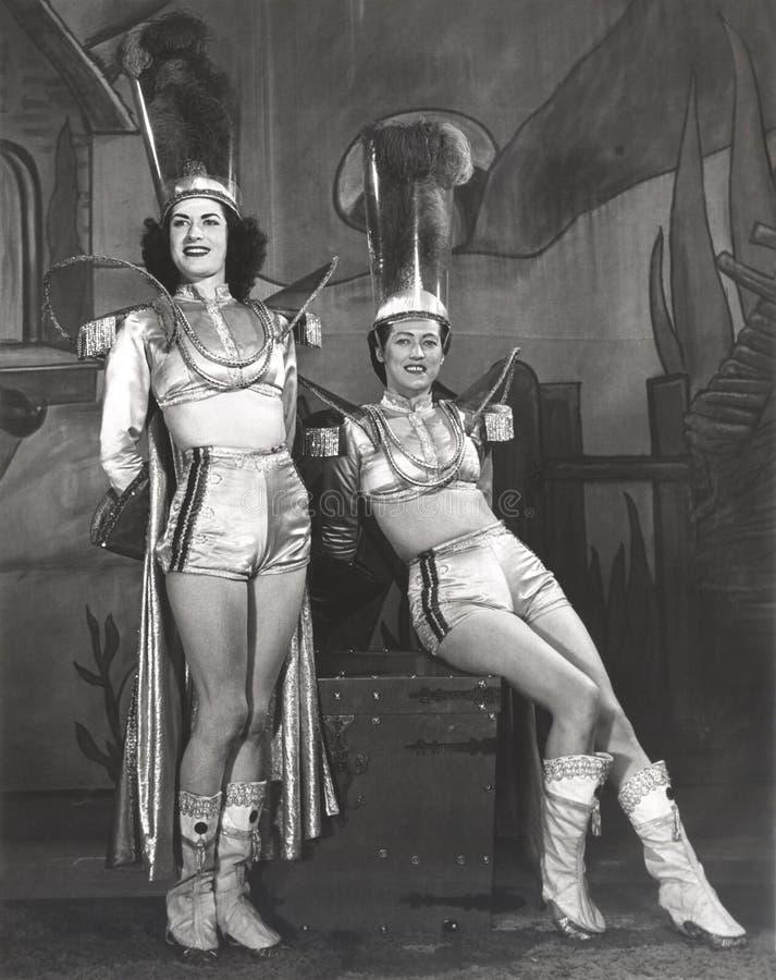 Dos ejecutantes vestidos en trajes del ayudante del mago imágenes de archivo libres de regalías