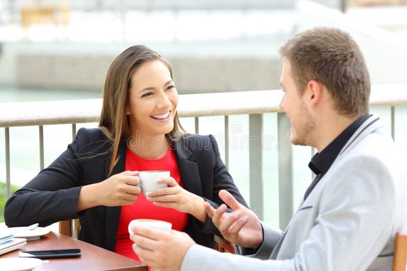 Dos ejecutivos que hablan durante un descanso para tomar café fotografía de archivo