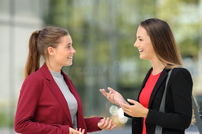 Dos ejecutivos que hablan en la calle foto de archivo