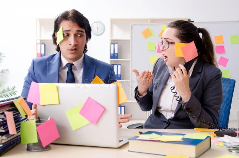 Dos empleados de los colegas que trabajan en la oficina imágenes de archivo libres de regalías