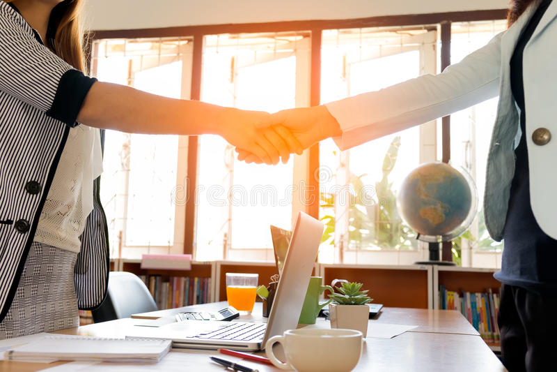 Dos empresaria Having Handshake foto de archivo libre de regalías