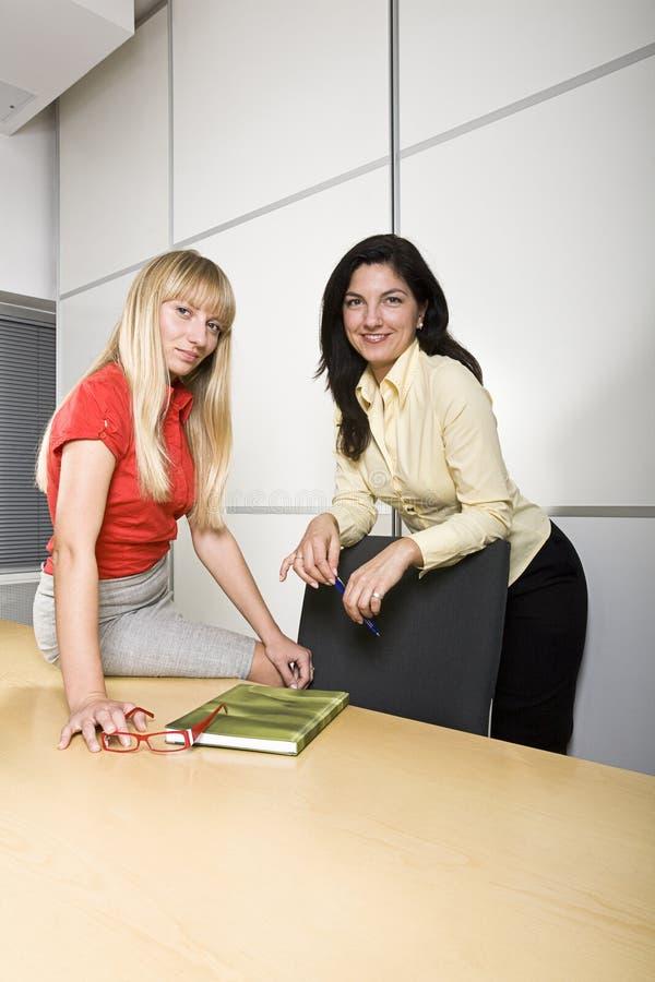 Dos empresarias en el trabajo imagen de archivo