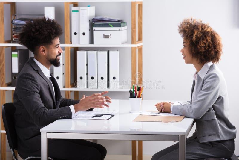 Dos empresarios que tienen conversación en oficina imagen de archivo