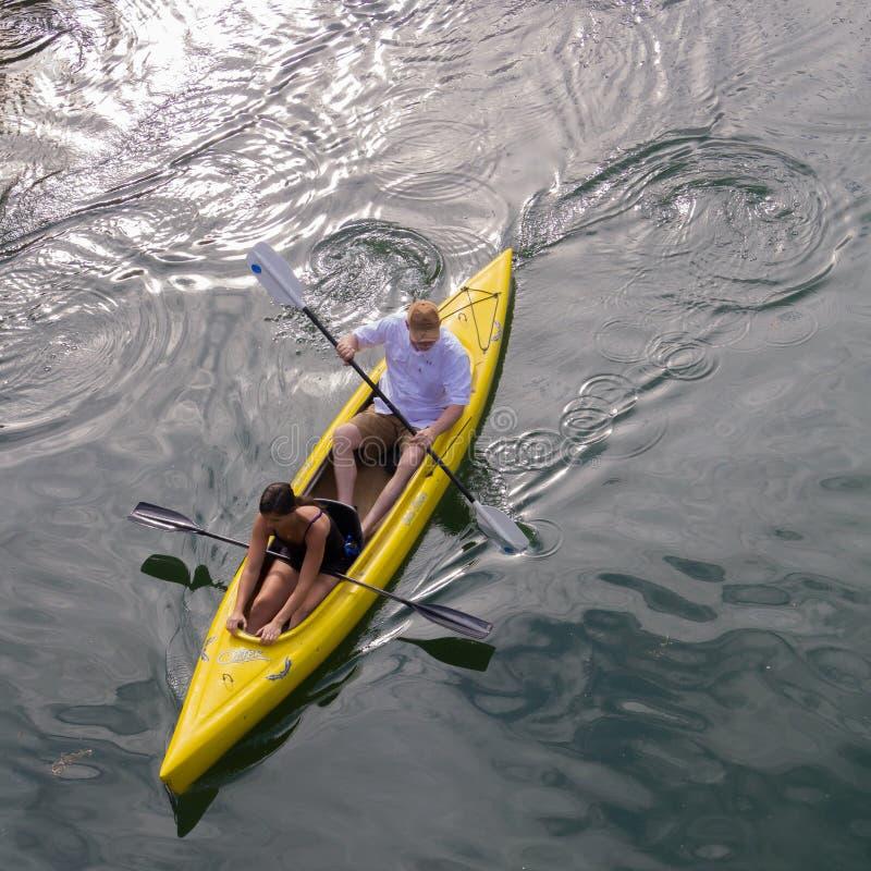 Dos en una canoa imagen de archivo libre de regalías