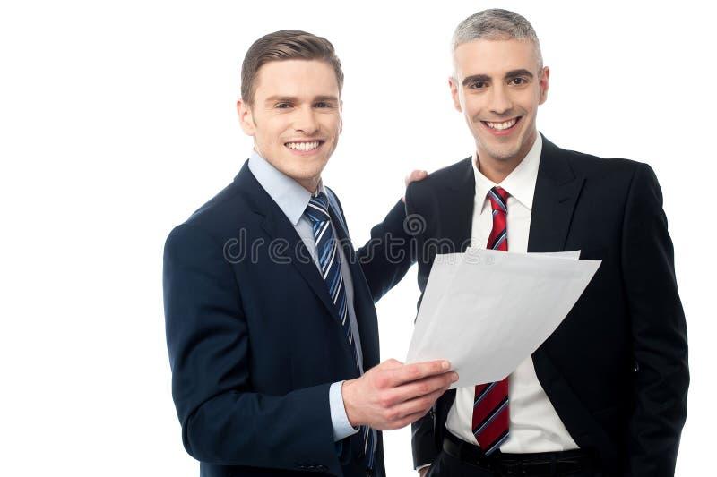 Dos encargados que leen algunos documentos imagen de archivo libre de regalías