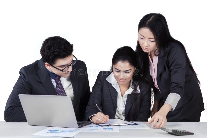 Dos encargados que miran su documento de firma del socio imagen de archivo