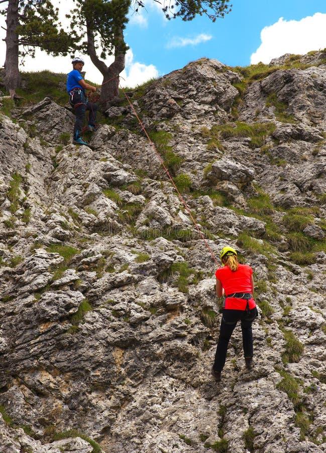 Dos escaladores en la roca fotos de archivo