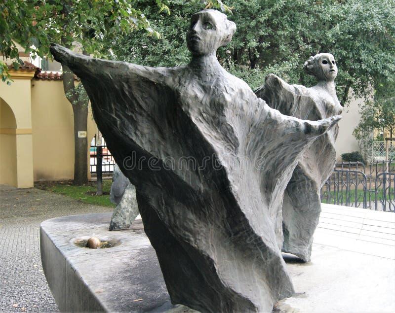 Dos esculturas femeninas inusuales en el jardín franciscano, Praga, República Checa fotografía de archivo