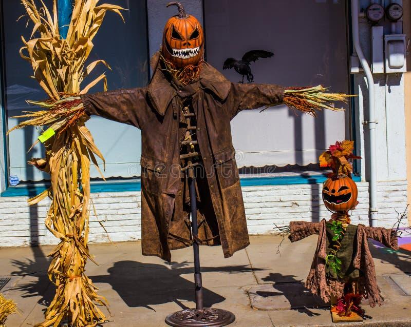 Dos espantapájaros de Halloween en la calle imágenes de archivo libres de regalías