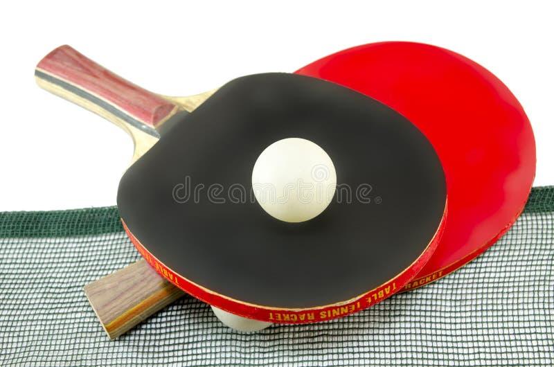 Dos estafas de tenis de mesa y una red aislada fotos de archivo libres de regalías
