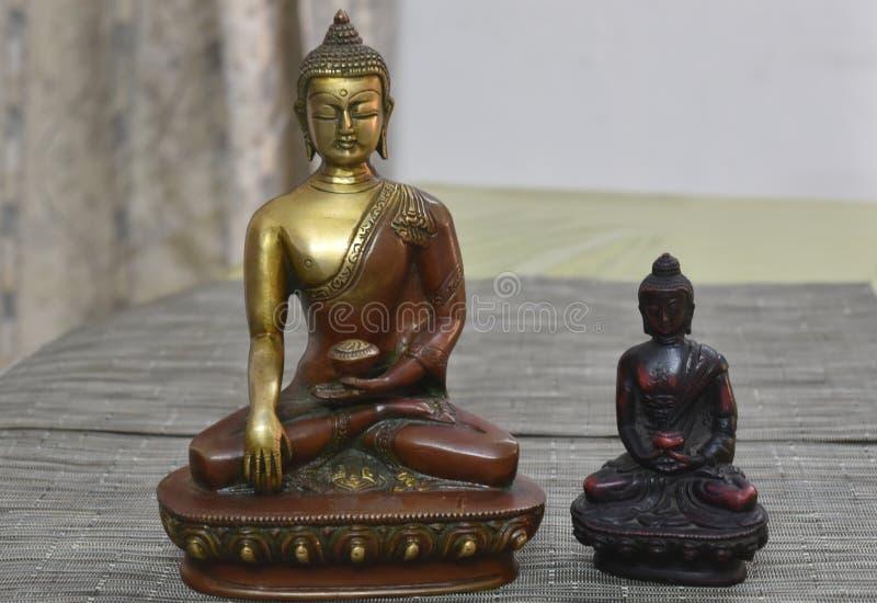 Dos estatuas de Buda para la paz imagenes de archivo