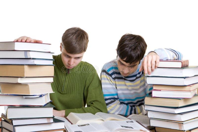 Dos Estudiantes Con Los Libros Aislados En Un Blanco Foto De Archivo Gratis
