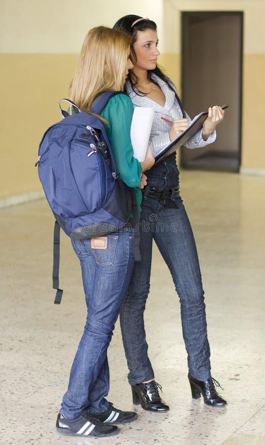Dos estudiantes en la universidad foto de archivo