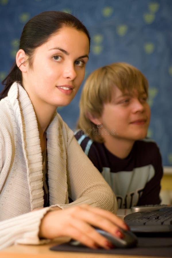Dos estudiantes están haciendo la preparación foto de archivo