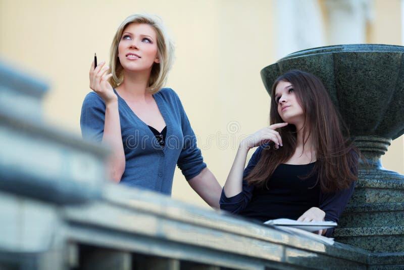 Dos estudiantes jovenes en campus. fotografía de archivo libre de regalías