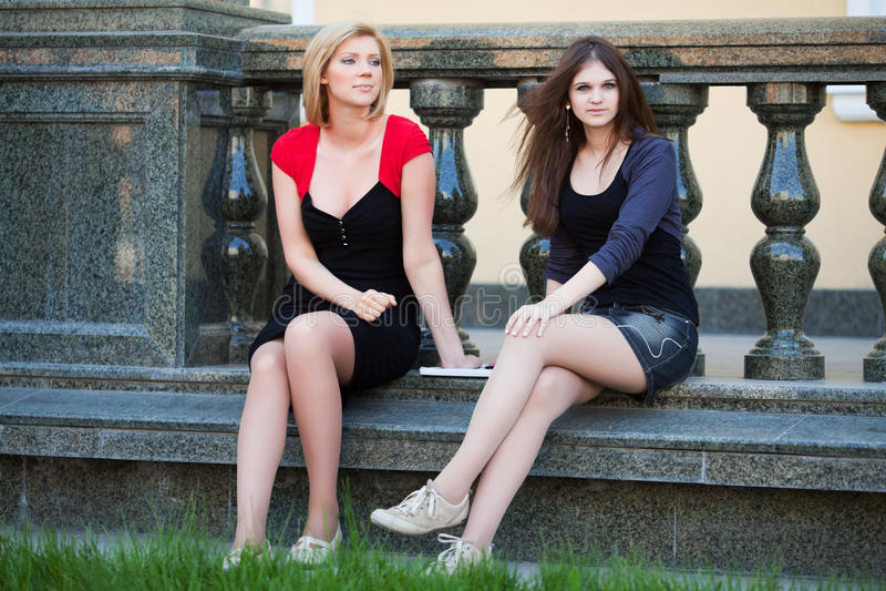 Dos estudiantes jovenes en campus. fotos de archivo libres de regalías