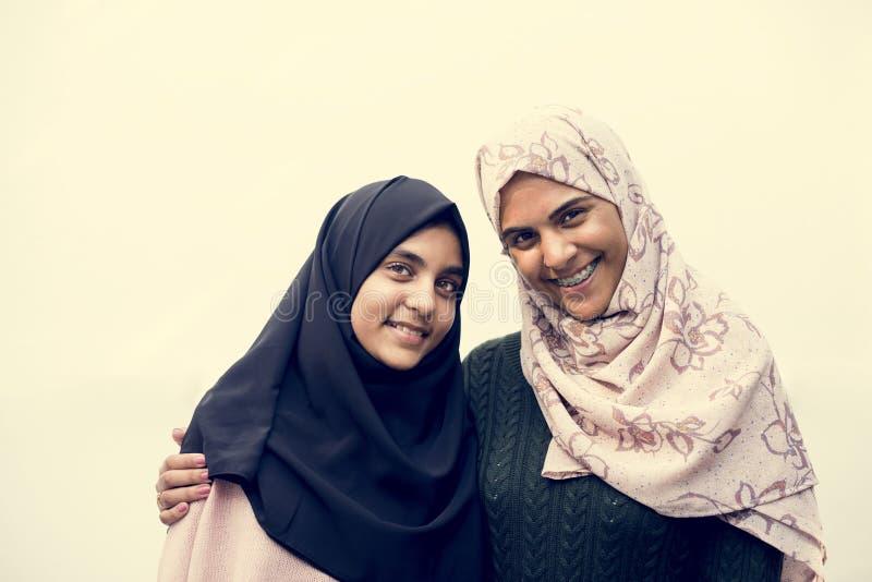 Dos estudiantes musulmanes felices con las caras sonrientes imagenes de archivo