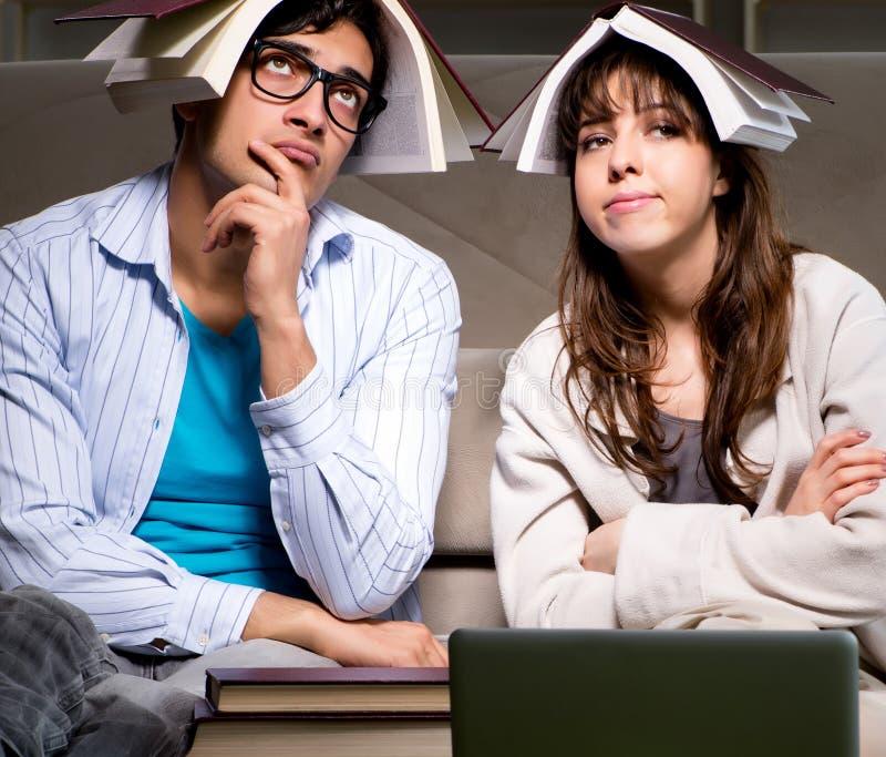 Dos estudiantes que estudian tarde la preparaci?n para los ex?menes fotografía de archivo libre de regalías