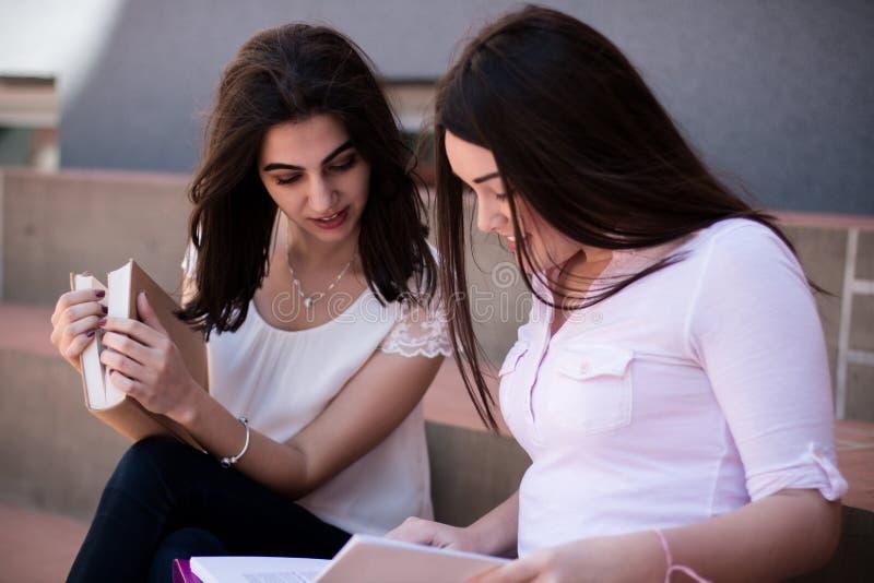 Dos estudiantes que se preparan para los exámenes junto al aire libre imagen de archivo