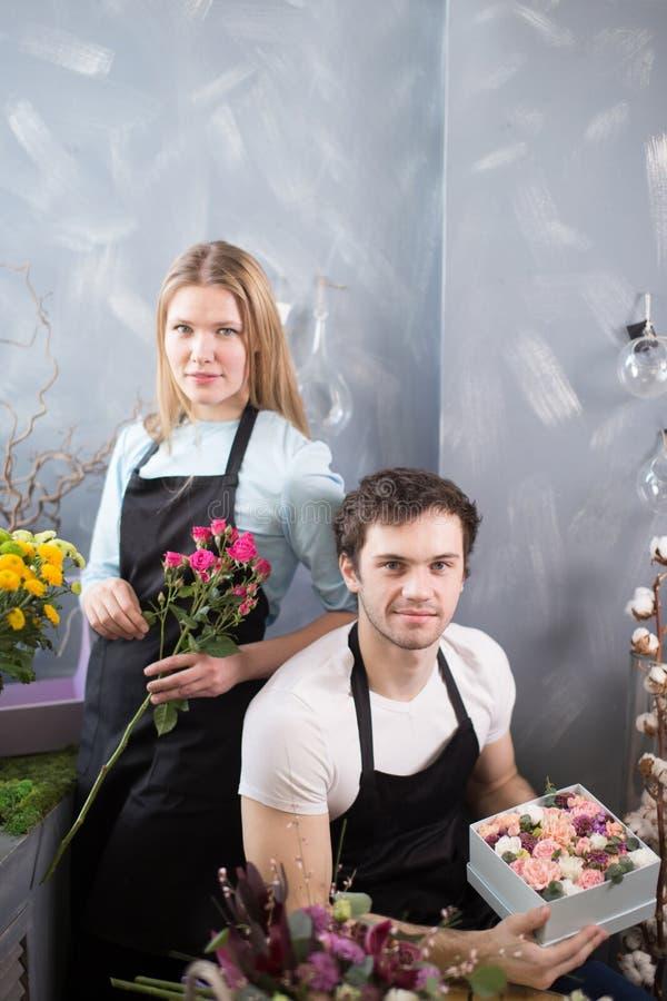Dos estudiantes que tienen práctica como floristas fotografía de archivo