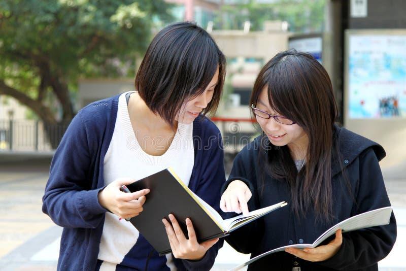 Dos estudiantes universitarios chinos en campus foto de archivo libre de regalías