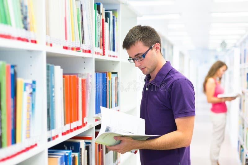 Dos estudiantes universitarios en biblioteca imagenes de archivo