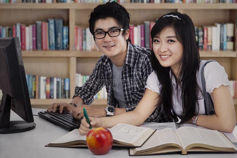 Dos estudiantes universitarios que estudian junto imagen de archivo