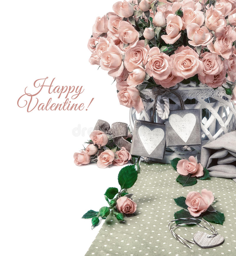 Dos etiquetas de madera del corazón entre las rosas rosadas hermosas, espacio del texto imagen de archivo libre de regalías