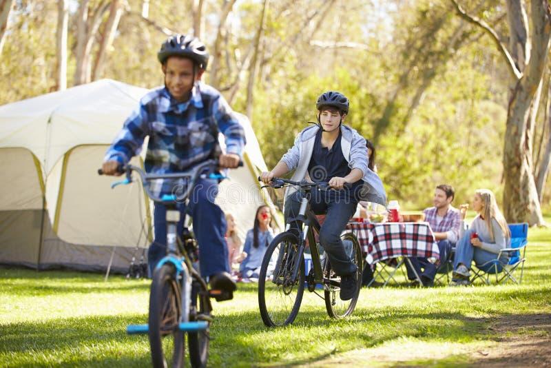 Dos familias que disfrutan de acampada en campo imágenes de archivo libres de regalías