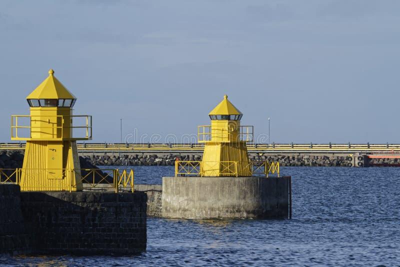 Dos faros amarillos foto de archivo