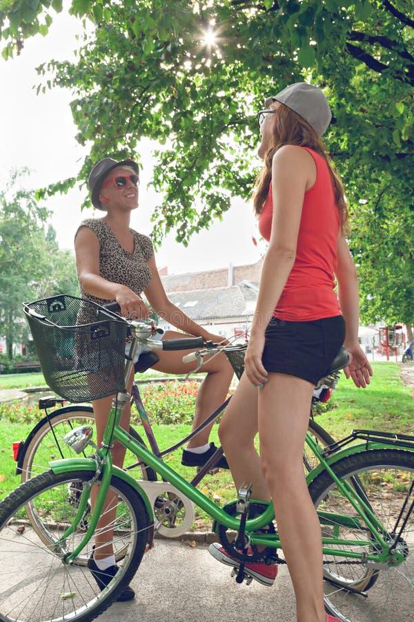 Dos femeninos jovenes divirtiéndose en parque fotografía de archivo