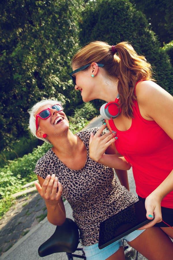 Dos femeninos jovenes divirtiéndose en parque fotografía de archivo libre de regalías