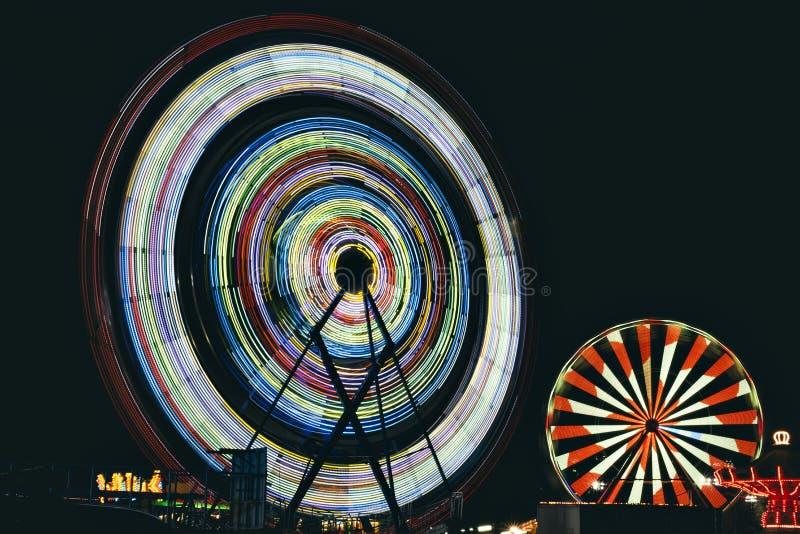 Dos Ferris Wheels en la noche fotos de archivo libres de regalías