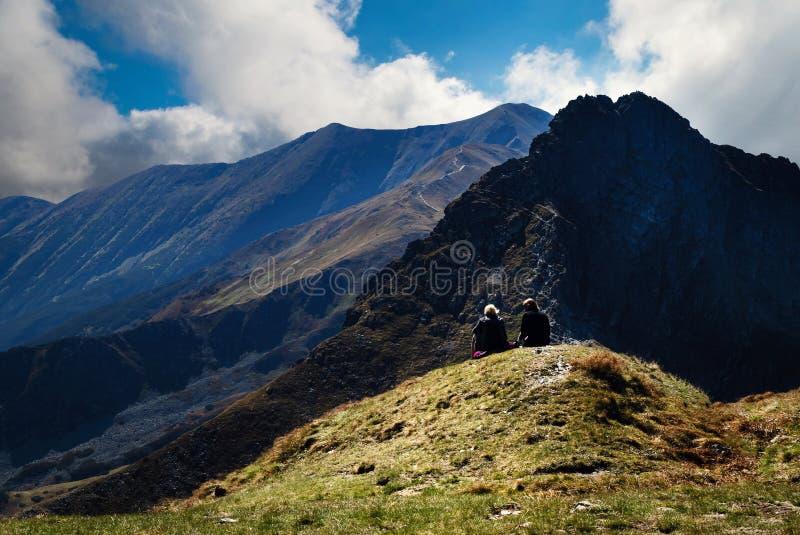 Dos figuras en altas montañas fotos de archivo