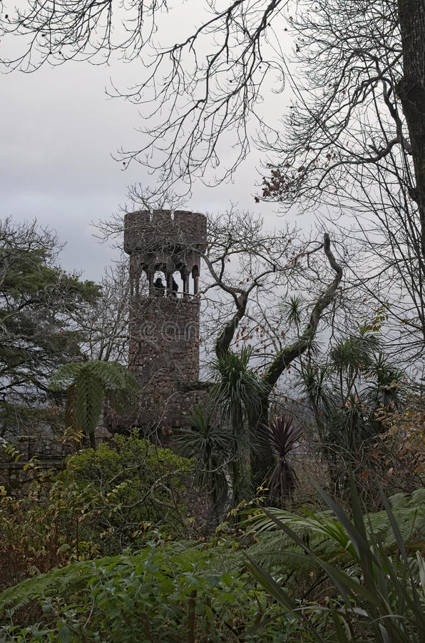Dos figuras humanas se consideran en la torre de piedra Quinta da Regaleira, Sintra, Portugal foto de archivo libre de regalías