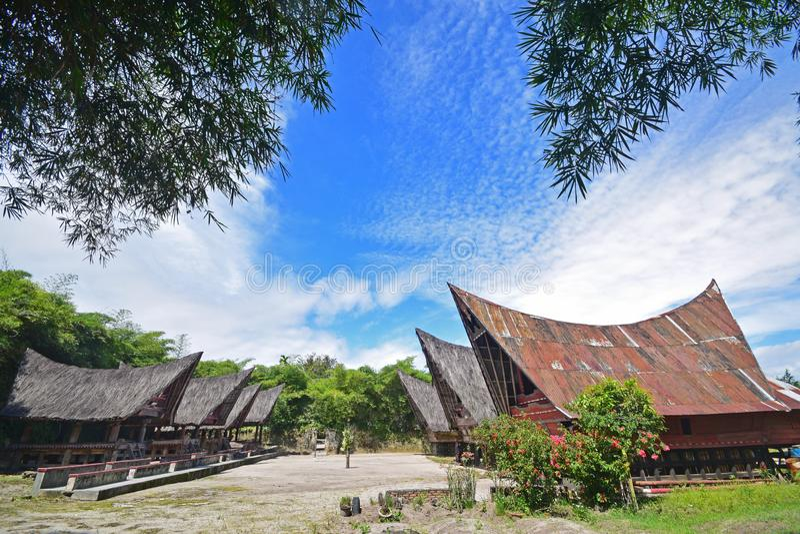 Dos filas de las casas de Jabu y una zona de descanso más pequeña de la arquitectura tradicional de Toba Batak en la isla de Samo foto de archivo