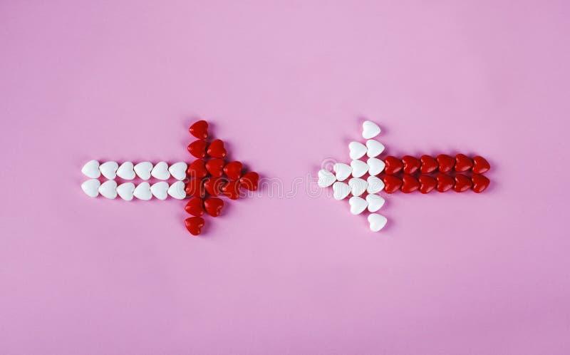 Dos flechas sobre fondo rosa Concepto de San Valentín fotografía de archivo libre de regalías