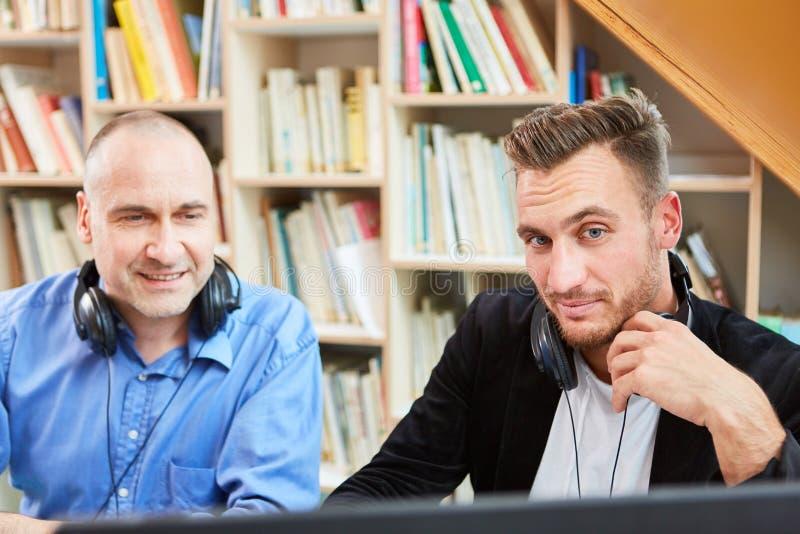 Dos freelancers como desarrolladores de software competentes imagenes de archivo