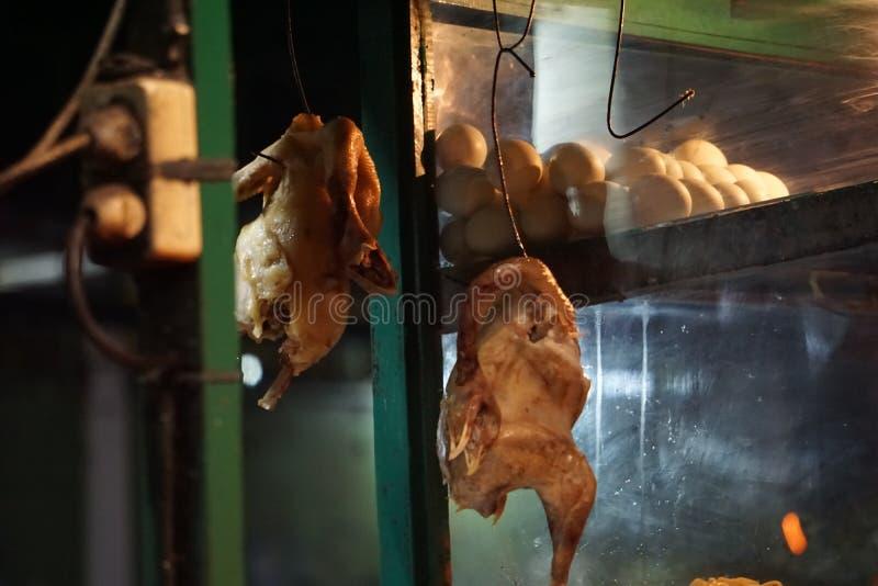 Dos Fried Chicken y huevos colgantes imágenes de archivo libres de regalías