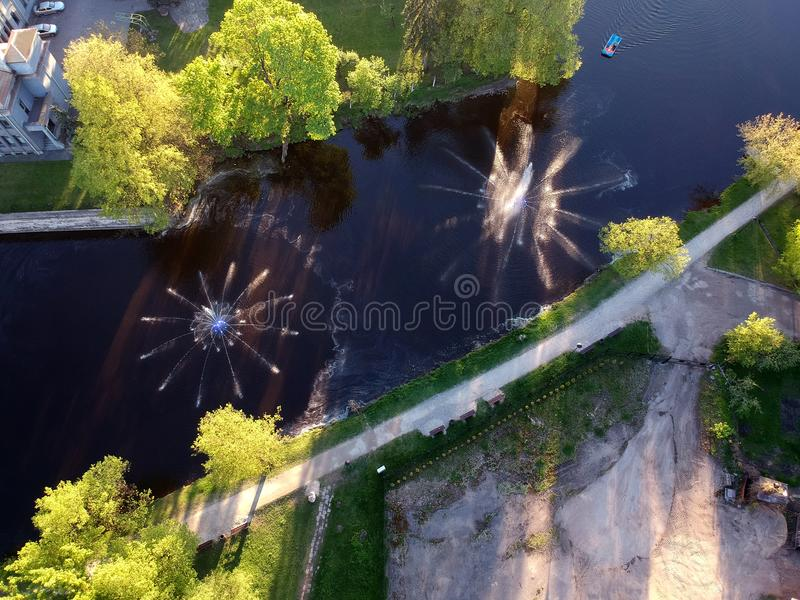 Dos fuentes hermosas en el río de la primavera en ciudad parquean, visión aérea foto de archivo libre de regalías