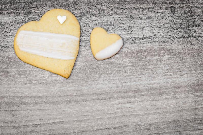 Dos galletas de la forma del corazón con helar blanco, copyspace fotos de archivo libres de regalías
