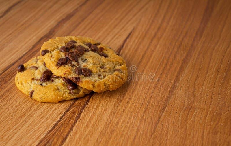 Dos galletas hechas en casa con los pedazos del chocolate foto de archivo
