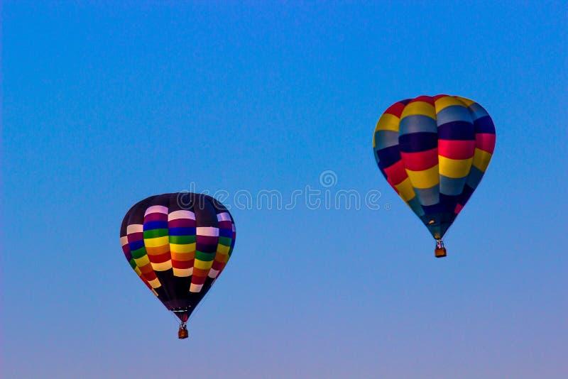 Dos globos coloreados multi del aire caliente imagenes de archivo