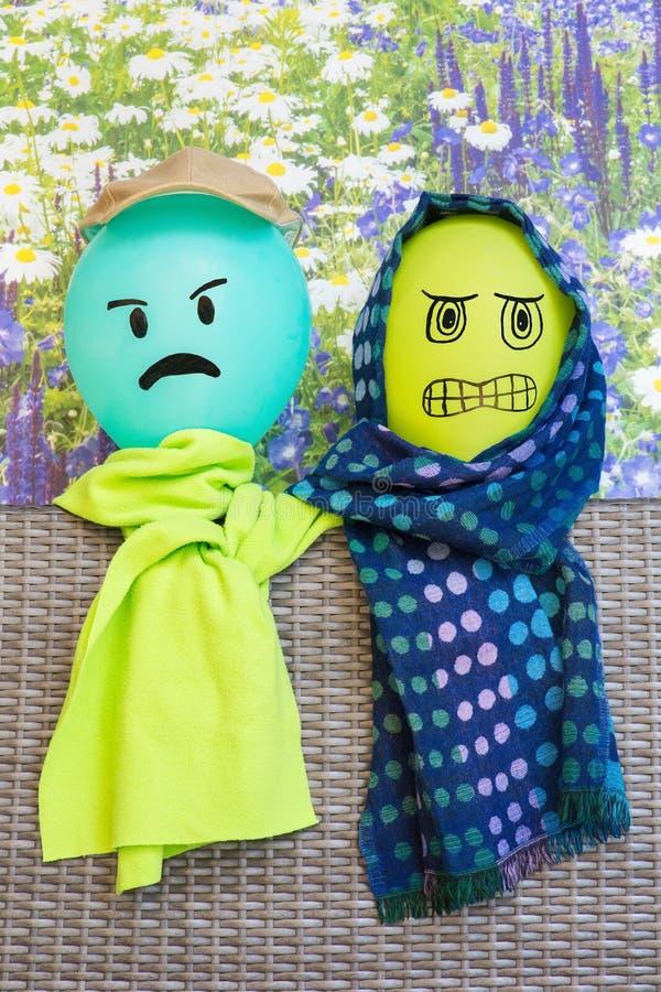 Dos globos con las caras y los mantones enojados imágenes de archivo libres de regalías