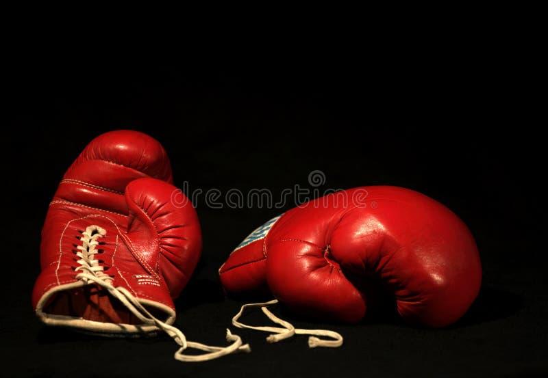 Dos guantes de boxeo rojos imágenes de archivo libres de regalías