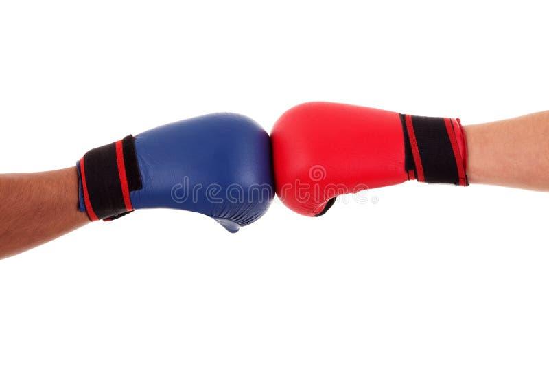 Dos guantes del tacto de los boxeadores listos para comenzar lucha fotos de archivo