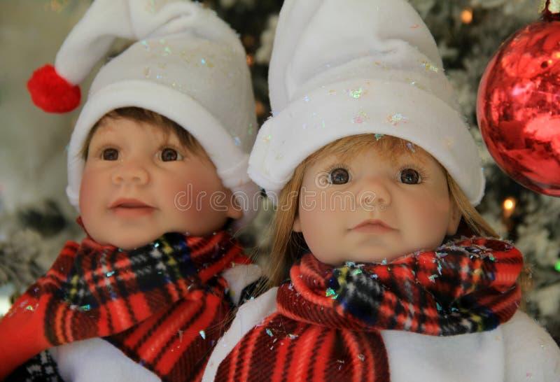 Dos handcrafted las muñecas, vestidas para arriba para los días de fiesta fotos de archivo libres de regalías